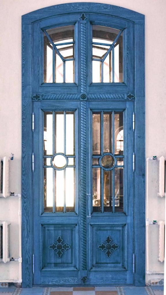 Деревянные входные двери для частного дома: выбираем
